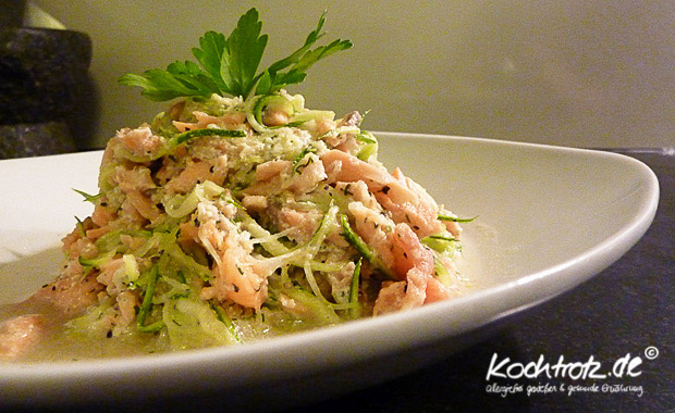 zucchini spagetti mit lachs daf r ohne kohlenhydrate kochtrotz foodblog genuss trotz. Black Bedroom Furniture Sets. Home Design Ideas