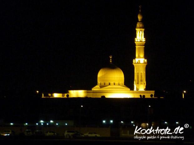 Moschee in Dubai bei Nacht