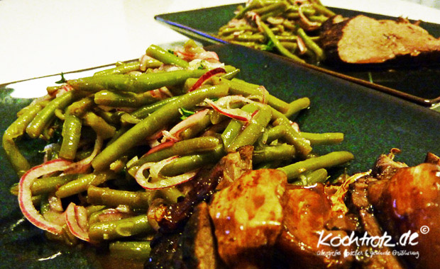 Salat mit grünen Bohnen und roten Zwiebeln