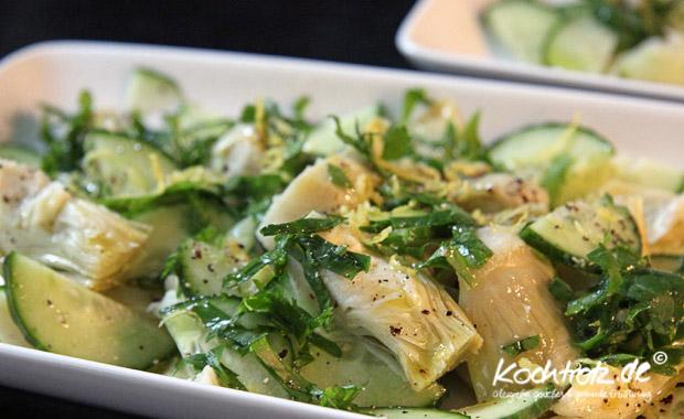 Salat mit Artischocke, Gurke und Zitrone
