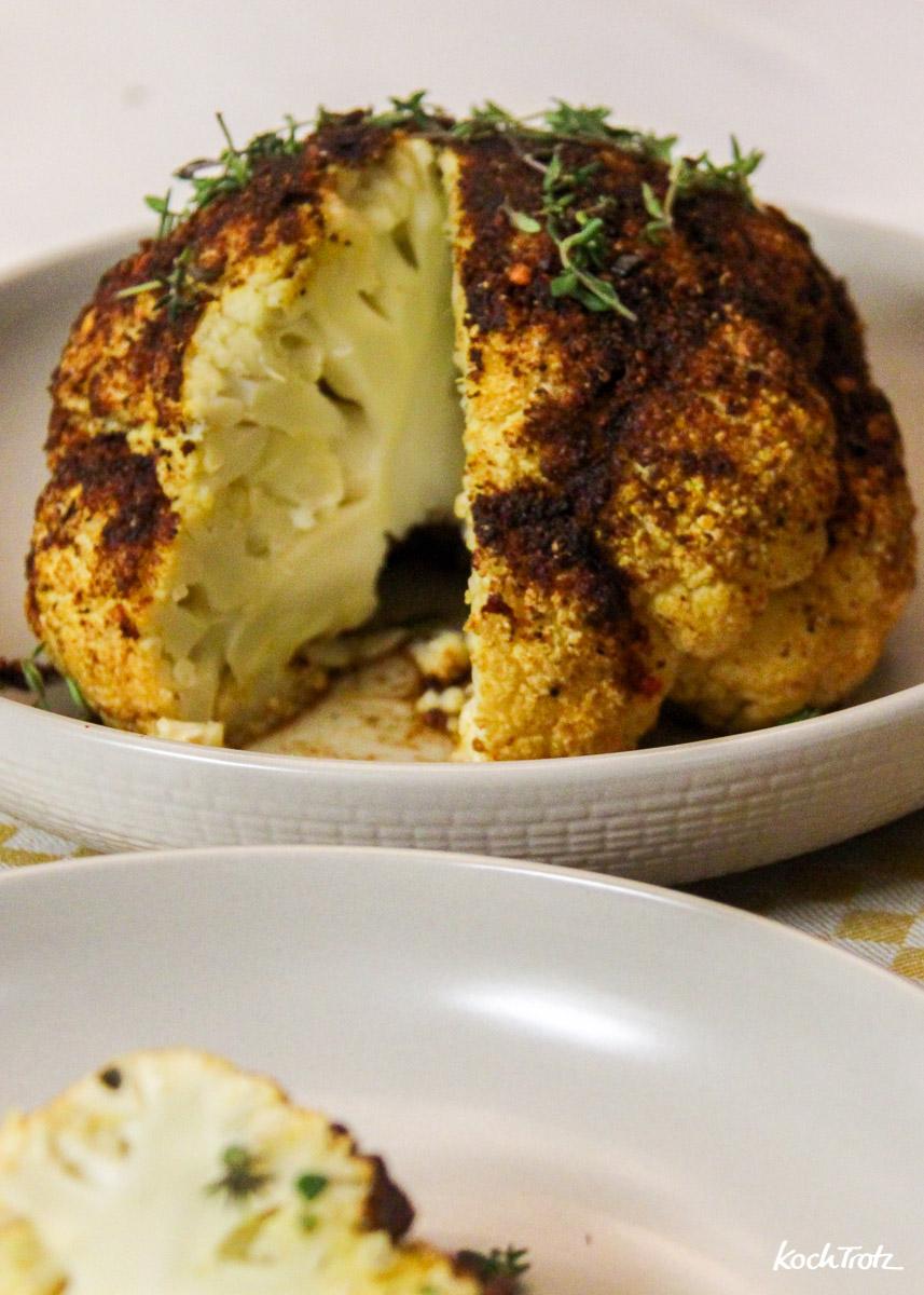 Ofen-Blumenkohl im ganzen gegart eine Geschmacksexplosion