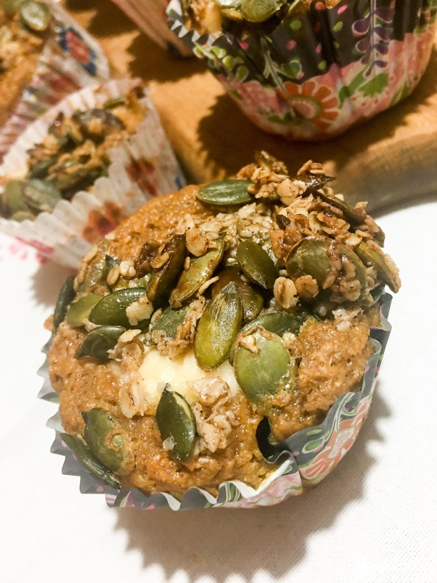 kuerbismuffins-suess-frisckasefuellung-kuerbiskern-topping-auch-glutenfrei-8