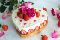 glutenfreie Muttertagstorte mit weißer Mousse au Chocolat und Erdbeeren | einfaches Rezept von KochTrotz