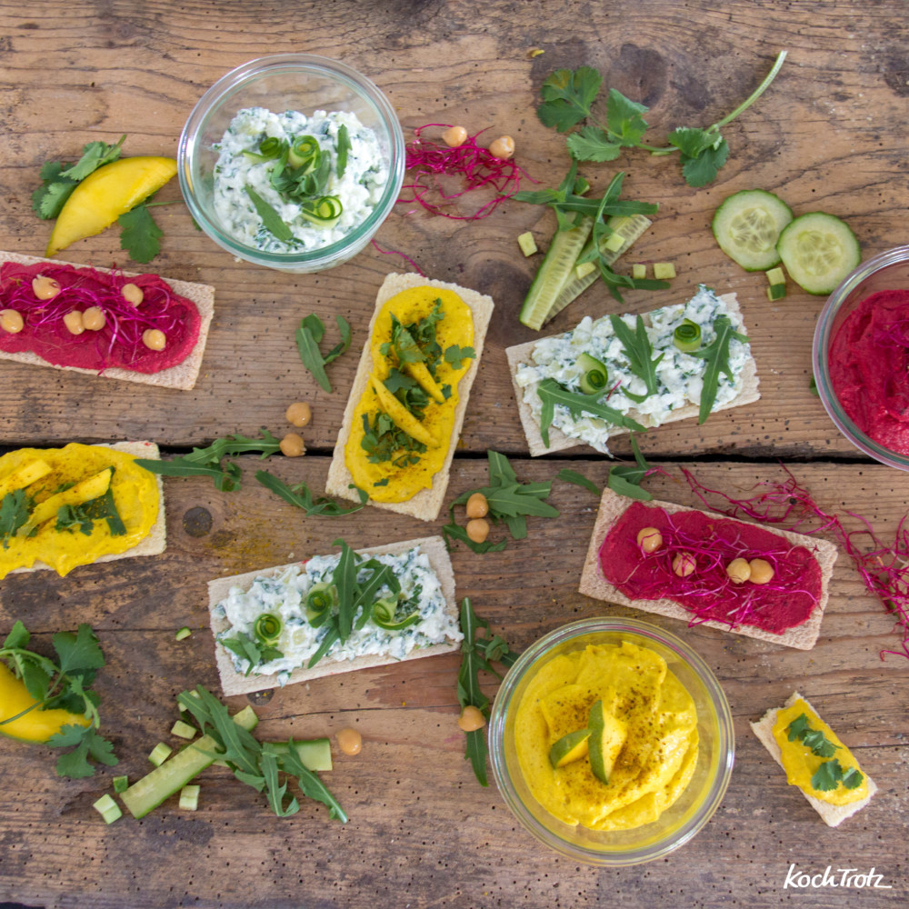 3 verschiedene Aufstriche: Gurke-Rucola-Hüttenkäse, Mango-Curry-Frischkäse, Rote Bete Hummus