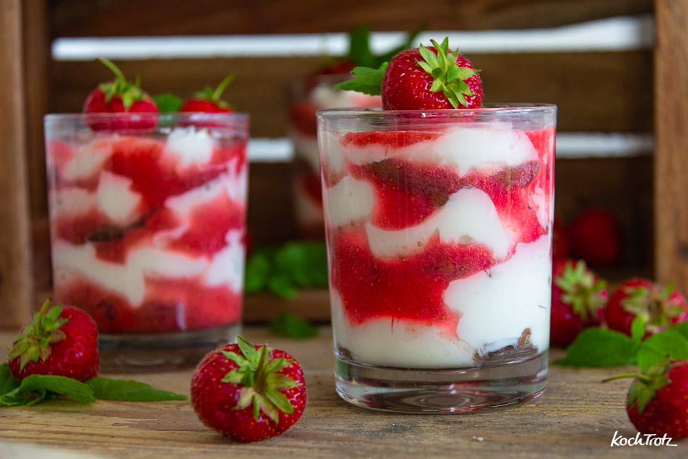 Fruchtiges Sommerdessert im Glas