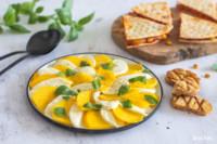 Caprese-Salat mit Mozzarella, Mango und Crostini | glutenfrei und laktosefrei
