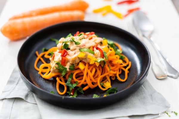 Gemüsespaghetti   Karottenspaghetti mit cremiger Mandelsauce   vegan und sättigend