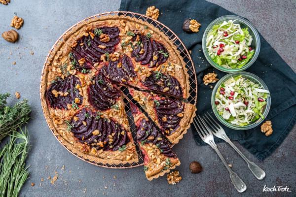 Herzhafte Rote Bete-Tarte mit knackigem Spitzkohlsalat