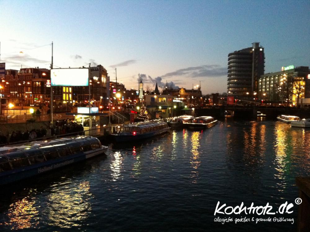 Ablegestelle für die Grachtenfahrten am Hauptbahnhof, Amsterdam.