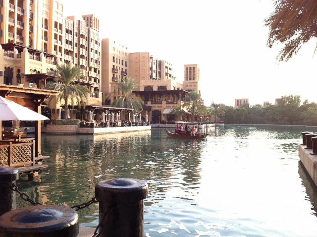 Lagune mit Wassertaxi im Hotel Min A'Salam