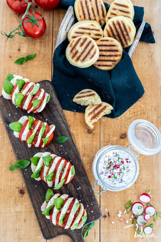 """""""REWE frei von"""" Grillbeilagen   Grillsnack   glutenfrei und laktosefrei   Grillbrötchen, Radieschen-Frischkäse-Dip und Hasselback-Tomate-Mozzarella"""