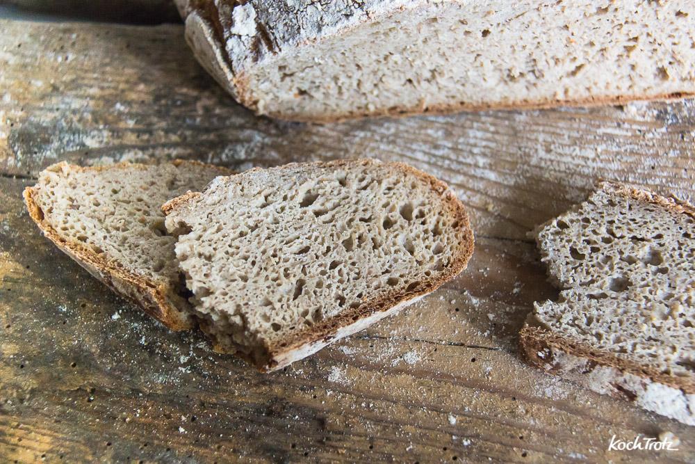 Glutenfreien Teig dehnen und falten geht am besten mit der Backmatte   der Trick ohne Gärkörbchen