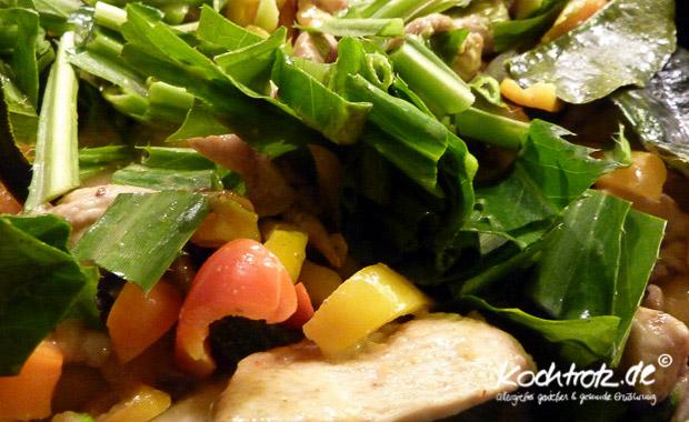 gelbes Thaicurry mit asiatischem Gemüse und Mango