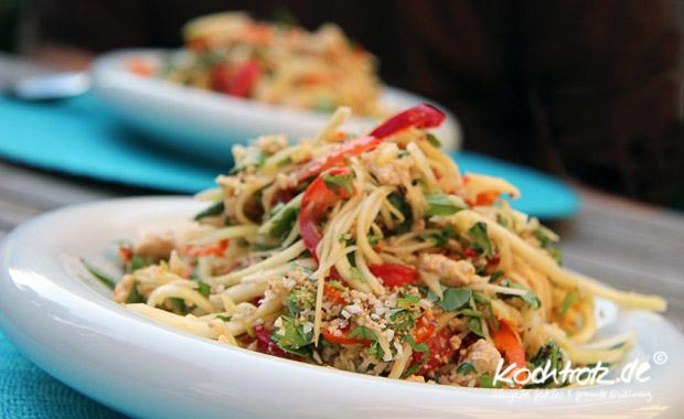 thailaendischer Salat mit grüner saurer Mango, vegeratisch oder mit Huehnchen