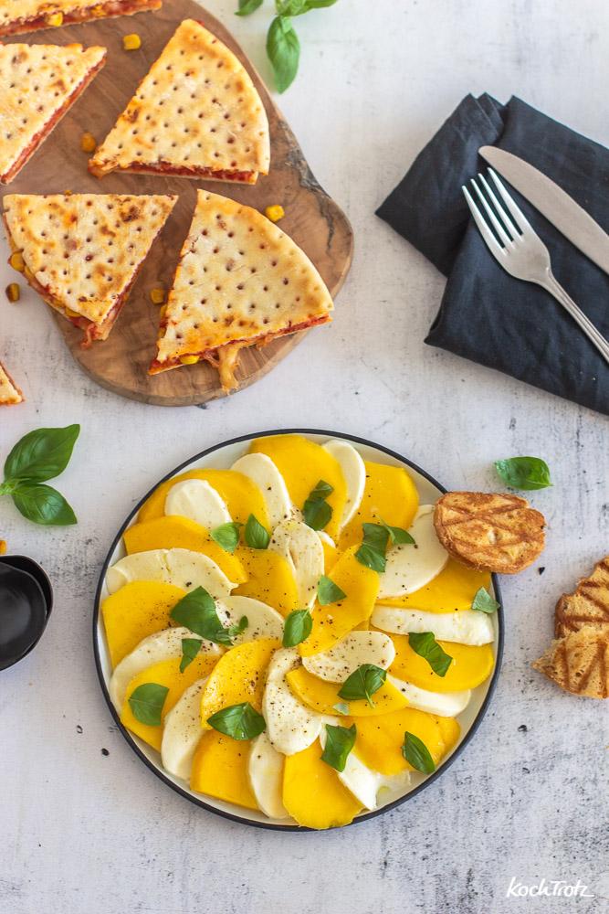 Caprese-Salat mit Mozzarella, Mango und Crostini   glutenfrei und laktosefrei