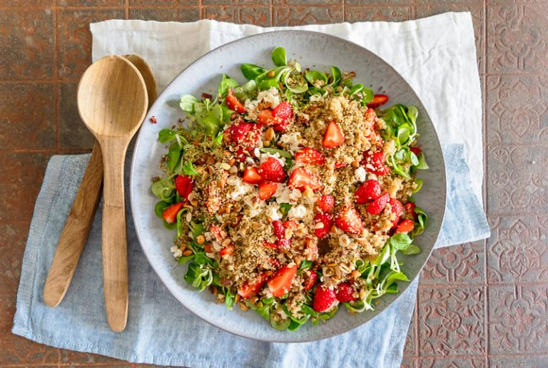 Salat mit Quinoa und Erdbeeren, einfaches Rezept