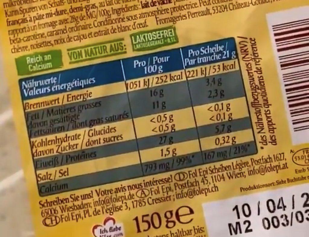 Zu sehen ist die Nährwerttabelle eines als laktosefrei gekennzeichneten Produkte. Daraus geht hervor, dass nur eine einzelne Scheibe des Käses latosefrei ist. Nimmt man mehr als eine Scheibe zu sich, überschreitet das Produkt den kritischen Laktosegehalt.