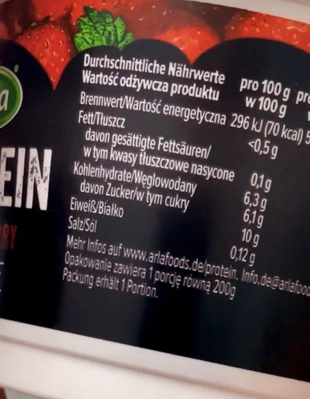 Man sieht die Nährwerttabelle eines Fruchtjoghurts. Aus dieser Tabelle geht ein Zuckergehalt von 12 g pro Becher und 6,1 g pro 100 g hervor. Weil auf der Nährwerttabelle nur der Gesamtzuckergehalt angegeben werden muss, lässt sich der Laktosegehalt hier nicht bestimmen.