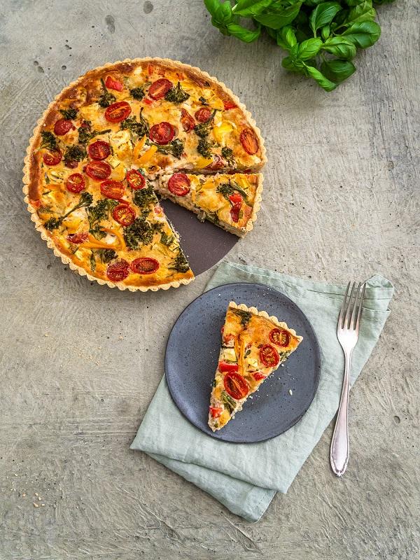 Die herzhafte Gemüsequiche kann mit unterschiedlichsten Gemüsesorten nach Wahl zubereitet werden. Das Rezept ist variabel und kann auch glutenfrei und laktosefrei, sowie ohne Hühnerei gebacken werden.