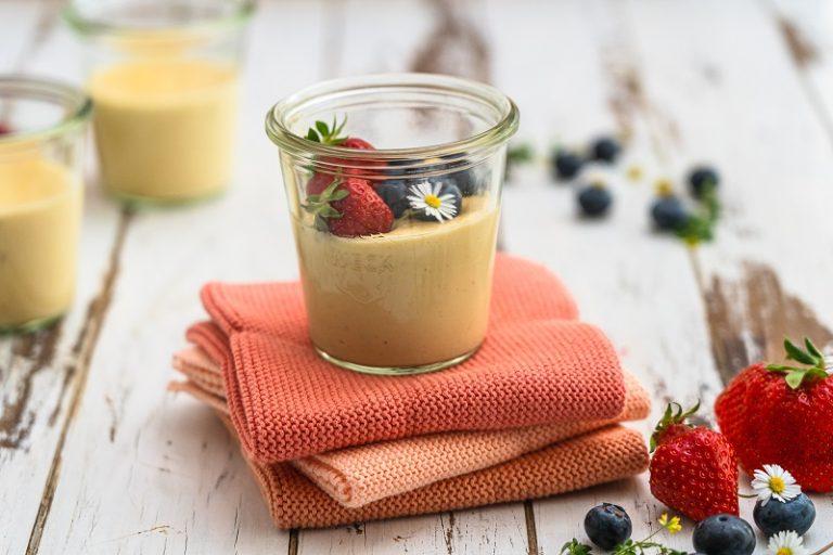 Vanille-Proteinpudding garniert mit Heidelbeeren und Erdbeeren